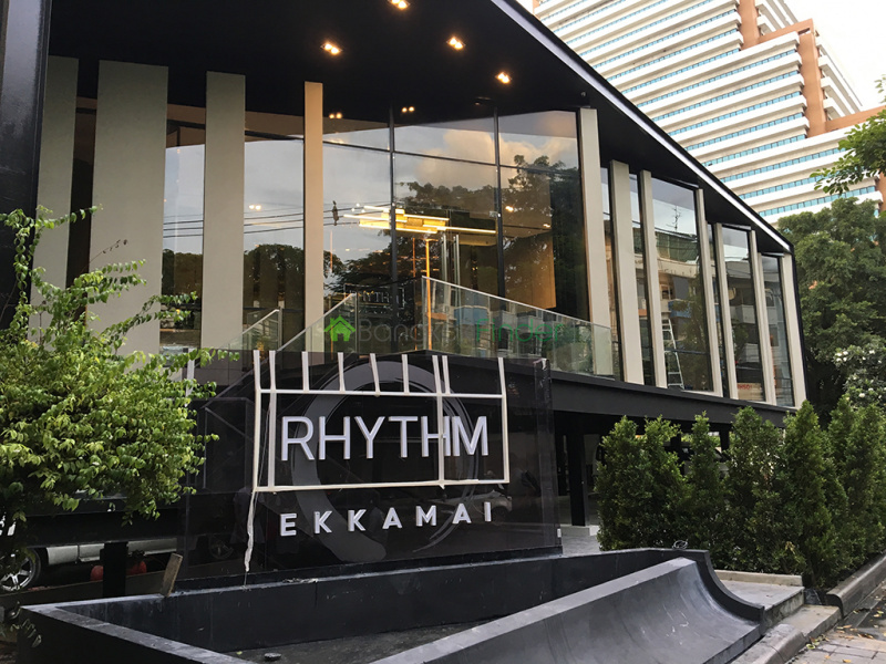 About RHYTHM Ekkamai RHYTHM Ekkamai is a condo project developed by AP (Thailand) Public Company Limited, RHYTHM Ekkamai has 32 floors and contains 326 total units, Units range from studio to 3 bedroom. RHYTHM Ekkamai at Khlong Tan Nuea, Watthana has the following facilities: cctv, garden, parking and security.  Local amenities include Transportation close to public transport stations of BTS Ekkamai.